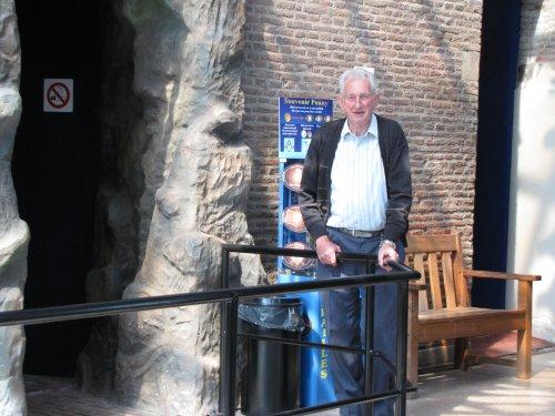 Terwijl wij een bezoekje aan de toren brengen, blijft Jean rustig beneden wachten.