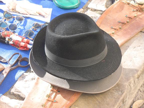 """Sombreros en el """"mercado da ladra""""-Lisboa"""