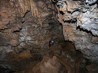 Fem un recorregut circular amb trams estrets dins de la Cova Gran