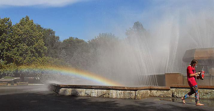Springbrunnen mit Regenbogen beim Rathaus von Almaty