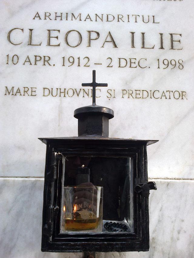 Mormântul lui Ilie Cleopa, tratat cu whiskey
