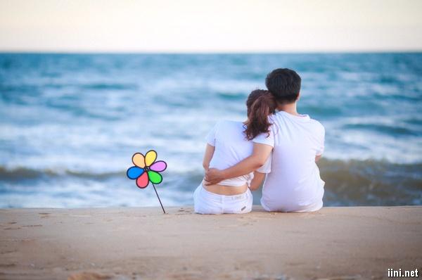 ảnh đôi tình nhân ôm nhau trước biển
