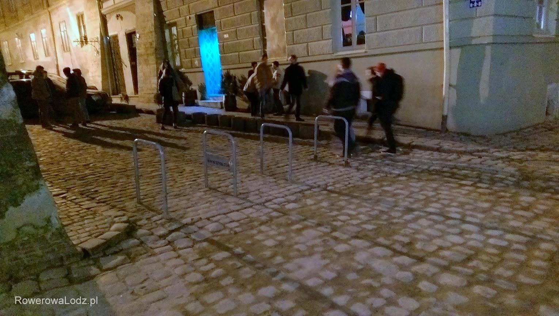 Oraz stojaki jako zaślepienie ulicy na starówce