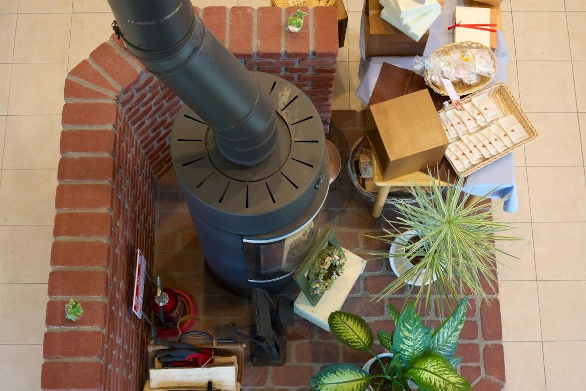 1階に設置された薪ストーブ