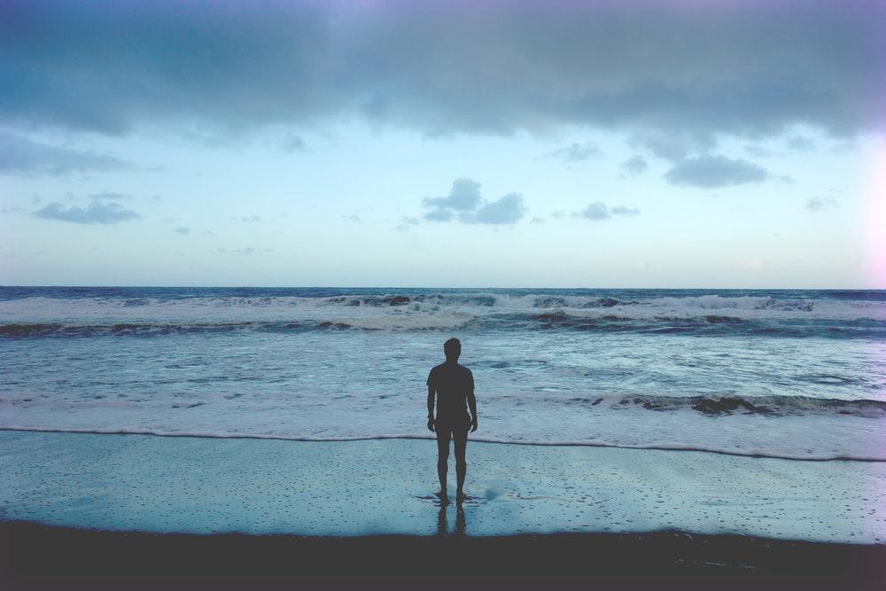 đứng ngắm biển xanh