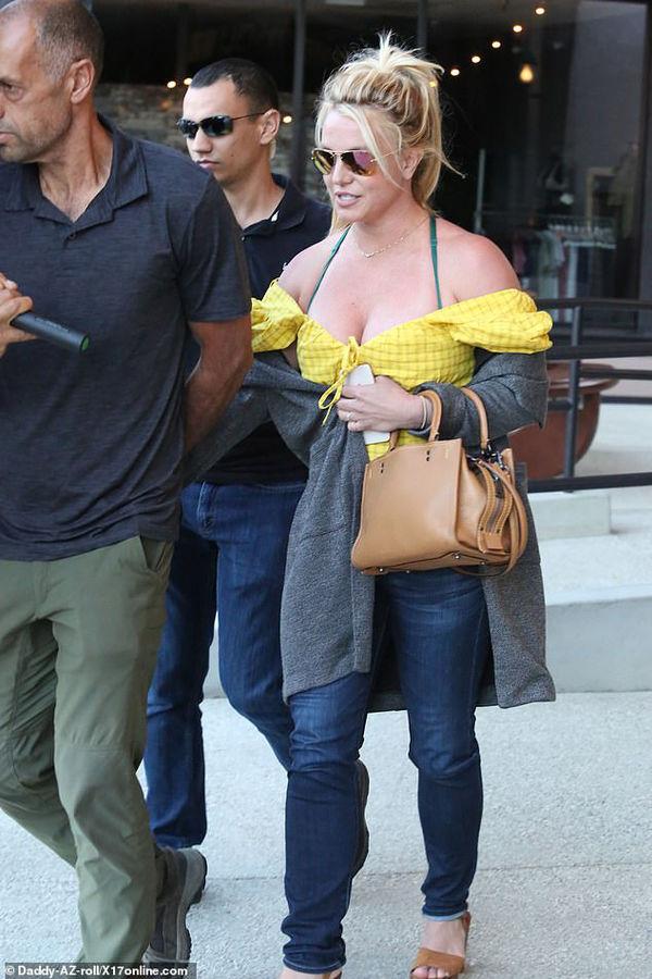 Kylie Jenner khoe đường cong trứ danh trong chiếc váy cắt xẻ tứ phía 400 triệu đồngKylie Jenner khoe đường cong trứ danh trong chiếc váy cắt xẻ tứ phía 400 triệu đồng