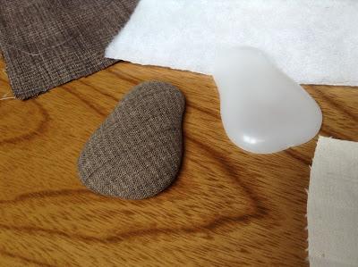 洋梨型の型に布を覆って裏で糸で絞って止める