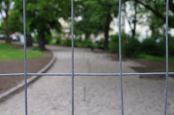 Unscharfer Weg hinter dem Zaun