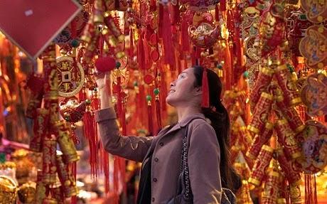 Một người phụ nữ chọn đồ trang trí cầu năm mới may mắn ở Đài Bắc, Đài Loan. (Ảnh:
