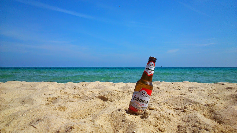 Пьем местное пиво Ичнуза на очередном пляже. Титульное фото =)