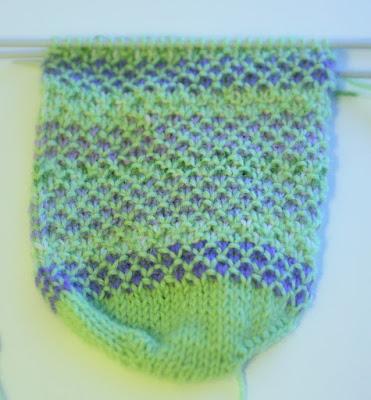 Keskeneräiset vihreä-lilat Broken Seed Stitch -sukat