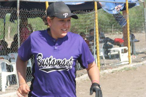Sanjuanita Elizalde de Pekes de Bustamante en el softbol femenil del Club Sertoma.