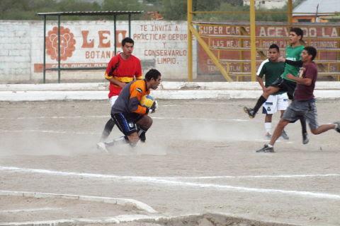 Yaquis contra Hacienda Soccer en el torneo de primera fuerza de la Liga Municipal de Futbol Soccer