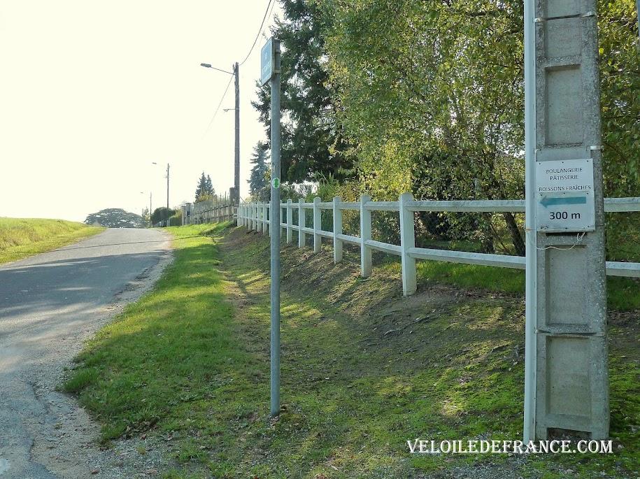 Panneau artisanal mis à la hauteur des cyclistes pour indiquer une boulangerie -  La Loire à vélo sans prendre l'eau par veloiledefrance.com