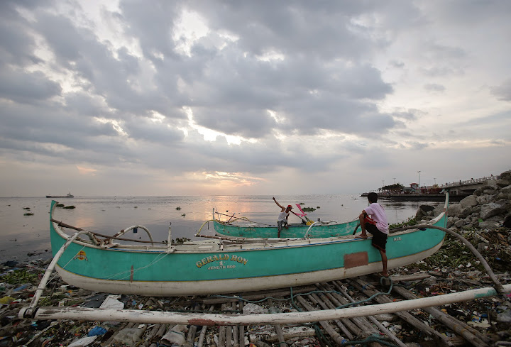 In preparation for Typhoon Glenda, fishermen in Philippines