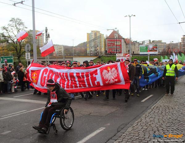 Kibice Arki Gdynia na paradzie niepodległości w Gdyni