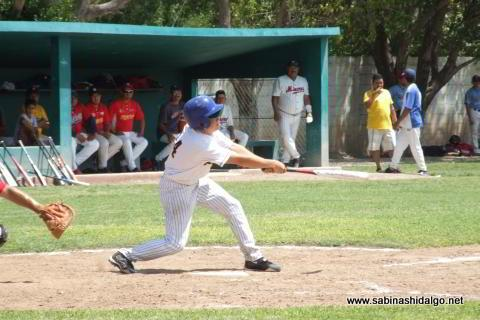 Ángel de León bateando por Tiburones en el beisbol municipal
