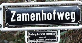 Staßenschild »Zamenhofweg« jetzt mit Zusatzinfoschild: »Ludwig Lazarus Zamenhof, 1859 – 1917, Augenarzt, Begründer der Sprache Esperanto«.