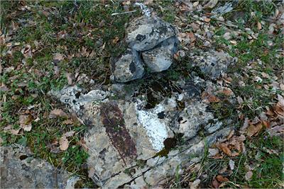 Hito de piedra y pintura en el sendero