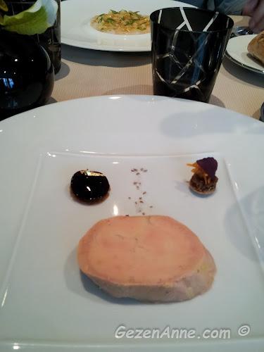 Michelin yıldızlı Frederic Simonin restoranda gerçek altın parçaları ile süslenmiş ördek ciğeri, Paris