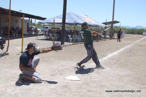 Leopoldo Esquivel de Águilas en el softbol del Club Sertoma