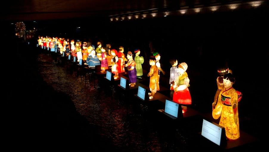 Korėjai artimiausių ir žinomiausių šalių gyventojams po skulptūrą