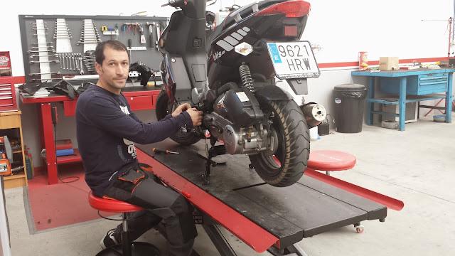 Alejandro López Cortés reparando un a motocicleta