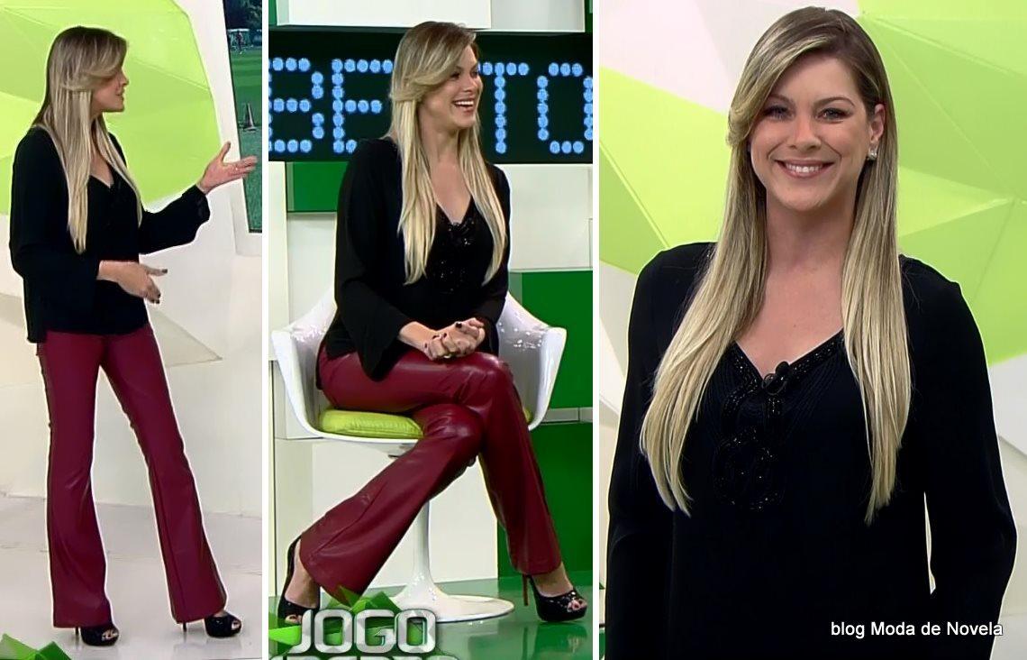 moda do programa Jogo Aberto, look da Renata Fan com calça de couro vinho dia 7 de agosto
