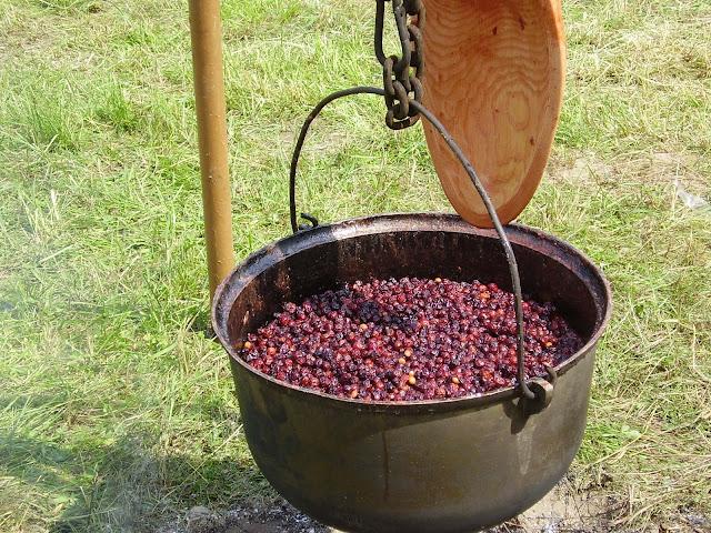 Vyšnių uogienė, verdama Žagarės vyšnių festivalyje