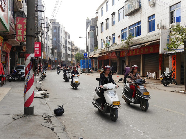 motorbikes on Jiaoqiao New Road (滘桥新路) in Yangjiang, China