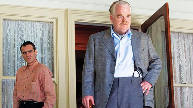 เฟร็ดดี้ เควล และแลนแคสเตอร์ ดอดด์ (วาคิน ฟีนิกซ์ และฟิลิป ซีมัวร์ ฮอฟฟ์แมน ในหนัง The Master)