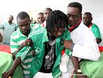 Emotion et larmes pour ce joueur du DCMP devant les dépouilles de ses co-équipiers exposés le 03/04/2013 dans la morgue de la clinique Ngaliema à Kinshasa. Radio Okapi/Ph. John Bompengo