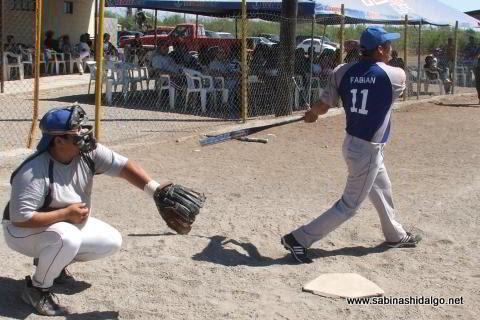 Fabián Rodríguez bateando por SUTERM en el softbol del Club Sertoma