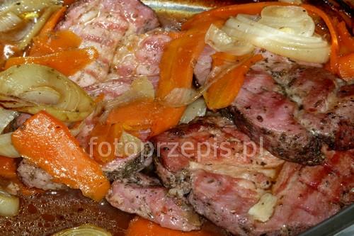 Pieczone plastry karkówki z marchewką i cebulą wieprzowina pieczone obiad latwe europejska danie glowne codzienne  przepis foto
