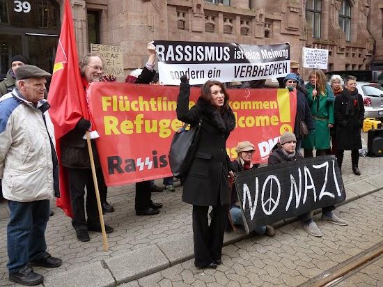 Demonstranten mit Rechtsanwältin Çelebi. Transparente: »Rassismus ist keine Meinung sondern ein Verbrechen«, »Flüchtlinge willkommen, Rassisten raus«, »Es gibt kein Recht auf Nazi-Propaganda«...