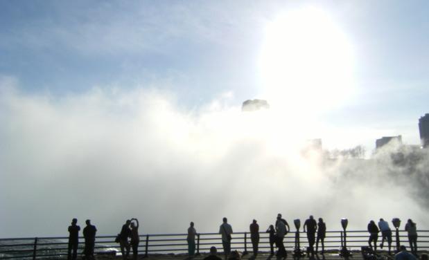 Sonne, Dunst und Niagara-Fällen mit Touristen im Gegenlicht