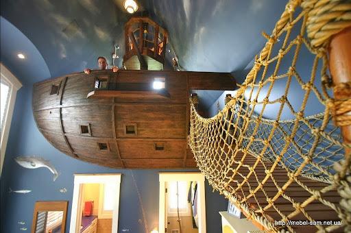 под кораблем-игровой две комнаты - санузел и гардеробная