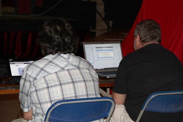 Francesc V. i Ferr&agrave;n L. seguint la xerrada i pendents de la pantalla dels seus port&agrave;tils. <b>Autora: Gemma Castillo</b>