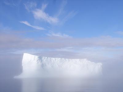 fon d'écran - iceberg dans brume matinale
