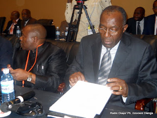 (De g.à.d) Abbé Appolinaire Malu Malu, chef des experts et Raymond Tshibanda, ministre des Affaires étrangères de la RDC et chef de la délégation du gouvernement aux pourparlers avec le M23. (Décembre 2012)