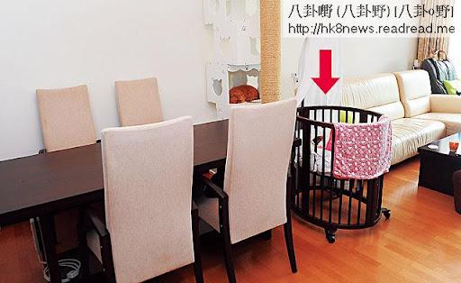 放在廳中,價值萬二蚊的 BB木床,拆開組合長度可伸展至合適五歲小孩使用。老豆阿邦加個車轆,便成流動床仔。