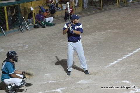 José Leza Montemayor de Vallecillo en el softbol nocturno