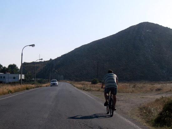 rowerzysta w drodze na termy