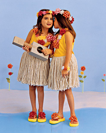 I recognize those hula skirts- they used to be mops!  And how easy to make