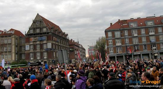 parada niepodległości pod pomnikiem piłsudskiego