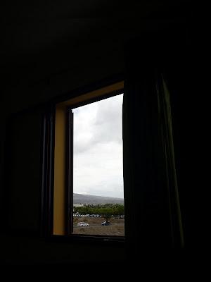 Blick aus einem Fenster auf eine Wüstenlandschaft, auf Gran Canaria.