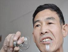 صيني يتناول 800 مصباحاً زجاجياً