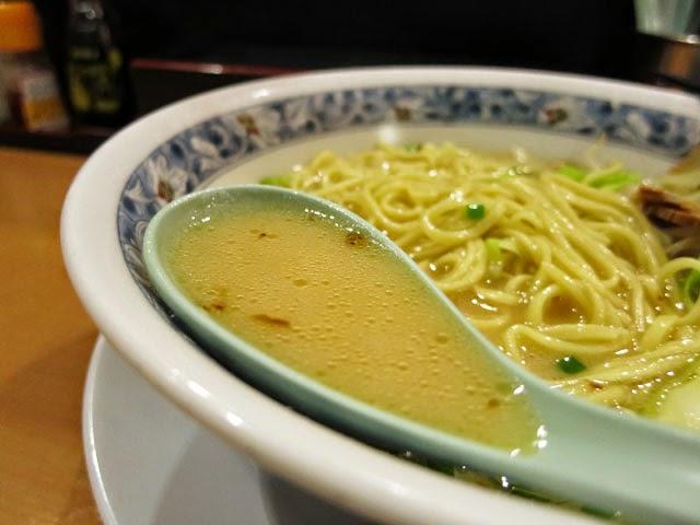 ざぼんラーメンのスープをレンゲですくってみた