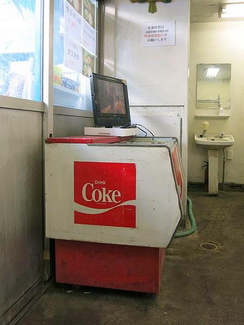 コカ・コーラの冷蔵庫と誰も見てないテレビ