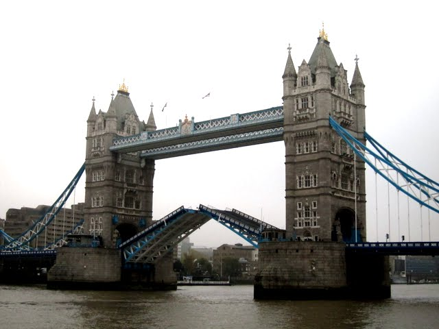 Opening of Tower Bridge in London